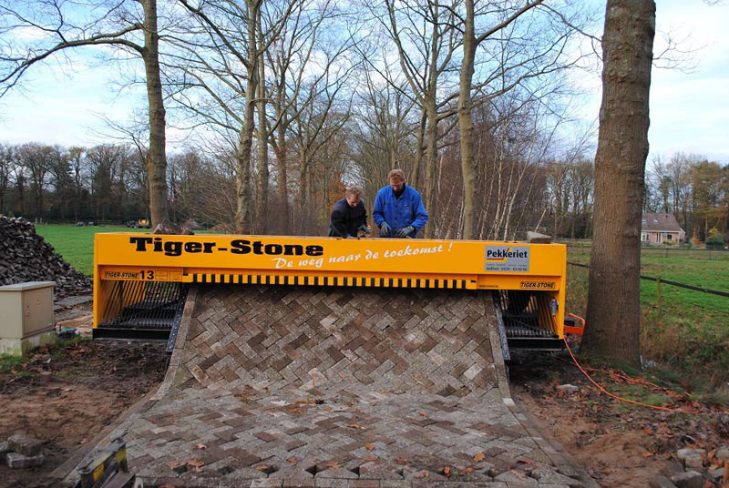 However, the Dutch company Vanku BV find an outlet, creating a machine  for laying bricks called Tiger Stone, which resembles an ordinary printer.