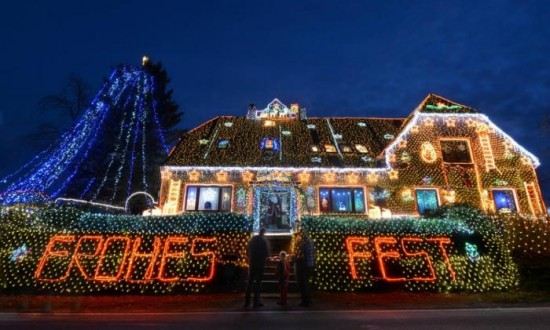 house lit up by 450000 christmas lights001
